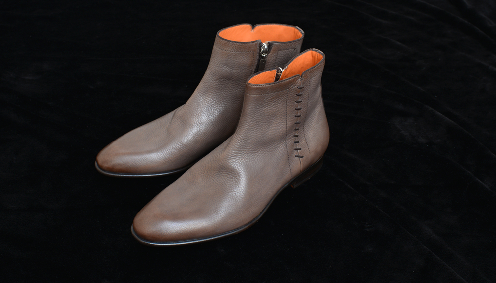 また今回の写真の靴は比較的普通のフィニッシュですが、手間のかかる手塗りで色を付けた靴もサントーニの魅力。いかにもイタリアらしい色彩と職人技の繊細な作りで、