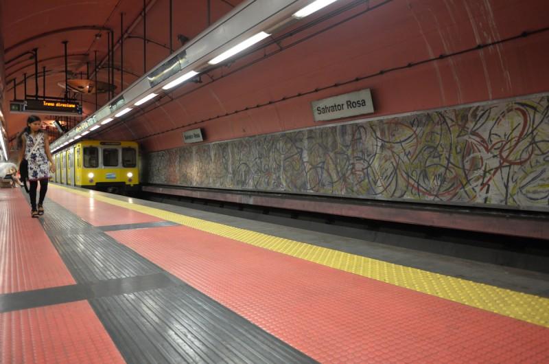 ナポリの地下鉄(メトロ)の中でもラインAは駅も車両も非常にクリーンで、治安もそれほど悪くありません。 駅がそれぞれ別のテーマの現代アートを施したデザインになっており面白いですが、地下鉄駅からプラットフォームまでが長い難点です。写真の駅はSalvatore Rosa。最もイカれた現代アートが見れる駅です。