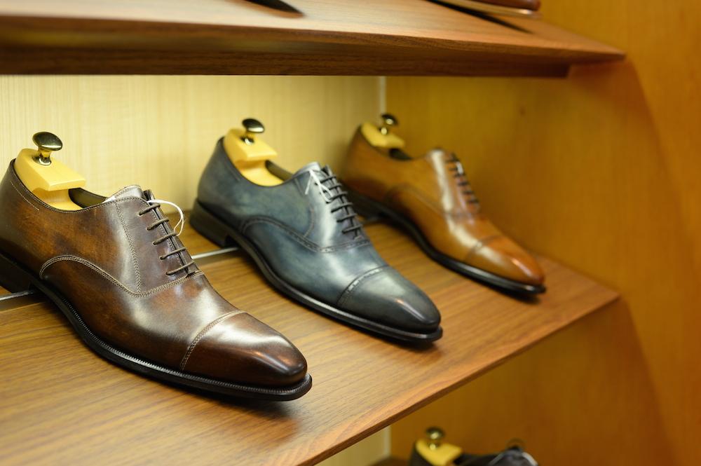 美しい色づけと繊細なステッチワーク、上質な革質に日本人の足形に合わせたシェイピングなど、どの点をとっても非の打ち所がないのがイセタンメンズの革靴。