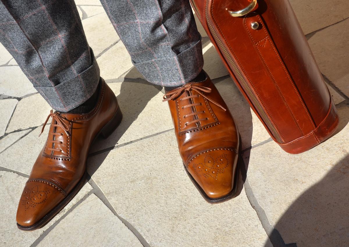 南イタリアにシャマットという元弁護士が立ち上げたスーツのブランドがあり、このブランドは演出的にギャザーを寄せた袖付けなどが印象的です。