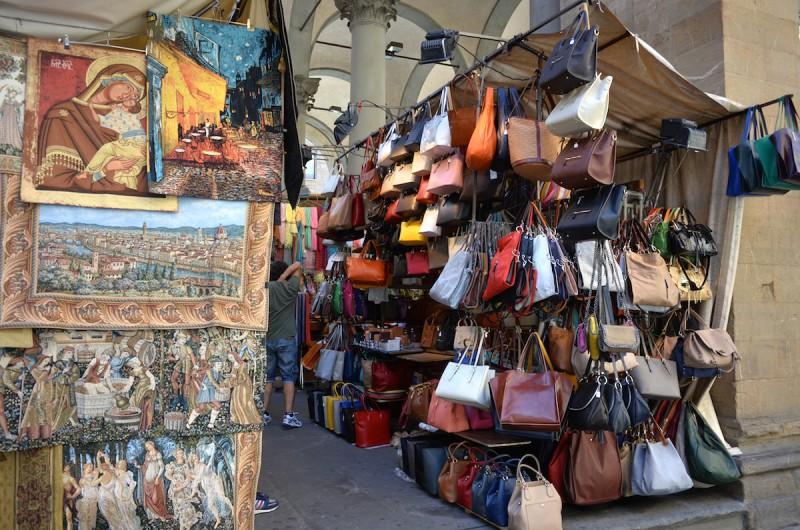有名なイノシシの像があるマーケット。売っているものはちょっと質の良くないバッグから、I MEDICIなどフィレンツェ中堅高級ブランドのアウトレット品、ブランド名のないハイクオリティなバッグまで。 相場を掴むまでは購入せず、何件か回って限界まで値切ってみましょう。