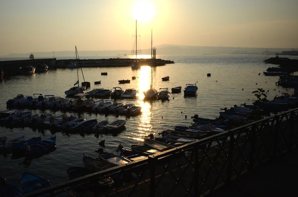 夕方のポンペイ→ナポリの電車からは美しいナポリ湾の夕暮れ景色が見られるかもしれません。